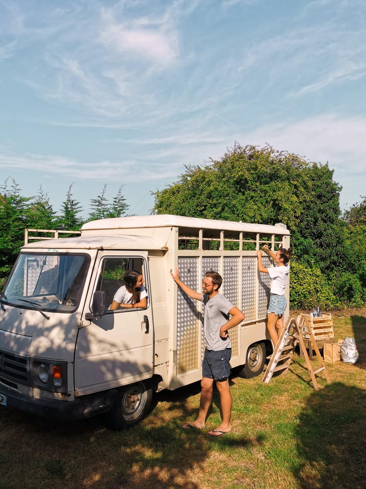 Laura, Mai-ly et Quentin, fondateurs de Plant and Stories et du Plant Truck, devant leur nouvelle Peugeot J9 bétaillère à aménager en boutique de plantes ambulante